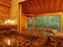 15畳の岩風呂の外には雑木林に囲まれた絶景な眺めの温泉貸切露天と岩風呂。このお風呂を貸切できる贅沢。