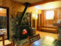 冬のラウンジと暖かい薪ストーブ