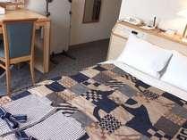 スタンダードダブル15平米 ベッド140cm。LAN回線、携帯電話充電器、リセッシュ常備