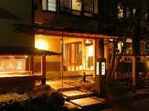 たくさんの檜や錆御影をたっぷりと使用して室礼された玄関。間接照明の柔らかな光が落ち着いた空間。
