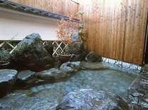 ご宿泊者限定の露天風呂かくし湯も源泉かけ流し。ひっそり極上の湯を楽しめます。