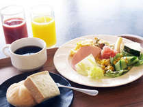 地元食材たっぷりのメニューが40種類もある和洋の朝食バイキング。