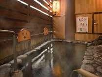 内湯につづく露天風呂 若返りしびれ湯は、肩こり・腰痛に効くと評判です。