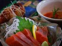 夕食は川魚料理、高千穂牛などの地ものをメインとする田舎会席。お部屋でのんびりとお召し上がり下さい。