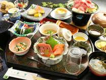 【夕食の一例】地元の食材にこだわり、季節の旬をあしらった郷土料理♪