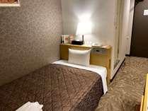 シングル1名様利用。ベッドはセミダブルサイズ(123cm×197cm)なので、ごゆっくりお寛ぎいただけます♪