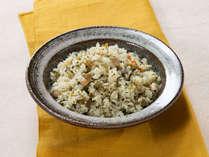 福岡名物辛子高菜にじゃこ等を加えて作る高菜ライス。学校給食にも出るほど人気のメニューです。