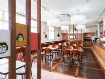 福岡の工芸・民芸品や郷土料理に囲まれた温かみのある朝食会場♪