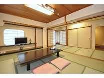和室10畳(茶室の間付き)のお部屋でございます。
