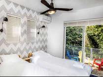 リラックスできるデザインの寝室!シーリングファンもオシャレです!