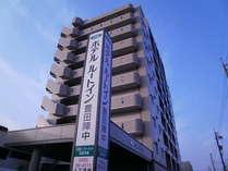 10階建の落ち着いた建物です、、国道沿いでわかりやすい位置にございます。