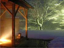 客室露天風呂温泉雪景色