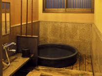 当宿のお風呂は、桧と陶器の2種類ございます。時間により男女入れ替え制です。