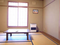 8畳の和室窓辺に座ってのんびり。