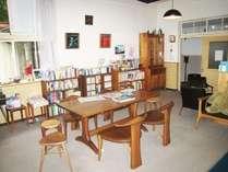 談話室には私が作った家具もおいています。