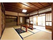 京間(本間)10畳に畳仕上げの床の間で広々とした和の空間です。