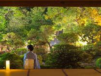 【大広間】宿泊者限定で松濤園の灯篭灯りをご覧いただけます。(18:00~21:30)