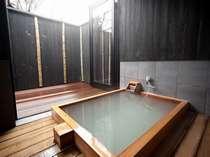 源泉掛け流し「半露天風呂」の一例