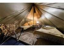グラマラスキャンピングのテントの内部です。