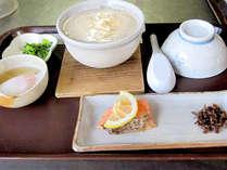 【朝食一例】朝粥とおかずのシンプルな定食です。起きたての身体にも優しい味ですよ。