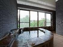 大きな窓から嬉野川が望める客室付の展望風呂