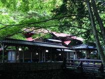 *夏は入口の水車が涼を奏で、訪れる旅人の心身を癒します。汗を掻いたらかけ流し温泉で寛ぎタイムを。