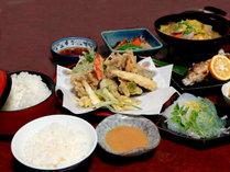 *夕食一例/天ぷらは周辺で獲れたばかりの山菜と葉っぱも。都心では見たこと無い野菜もあるかも…?