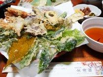 *季節、地元野菜や地元農家のキノコを使った10種類ほどの天ぷらをご用意いたします。