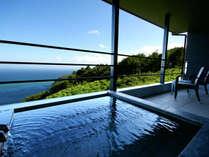 二階棟2階:テラスに備え付けられた自家源泉掛け流しの客室露天風呂。