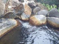 野趣溢れる石造りの露天風呂 こちらも湯量がすごい!