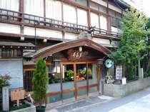 【外観】渋温泉街に佇む歴史ある温泉宿。昔の職人の技がそのまま生きているこだわりの造りが印象的です。