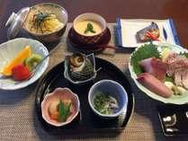 一押し鯛メン刺身、三種盛り、茶碗蒸し付きのコースです