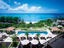 ホテル棟2階インフィニティプール(4月~10月) 視界には美しい海と緑が広がります