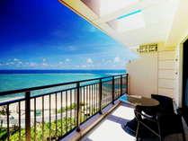 全客室のバルコニーからは 南国リゾート特有の美しいコントラストの海が広がります