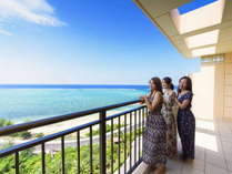 平均で70平米の広さを誇る客室には全室バルコニー付き 正面には美しい西海岸の海が広がります