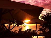 ホテル棟2階プールサイドでは 西海岸に沈む美しい夕日が辺りをオレンジ色に染め リゾート気分を高めます