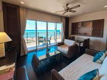 平均70平米の客室は全室オーシャンビュー 窓の向こうには美しい海が広がります