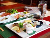 【朝食付】和洋のWプレート朝食で大満足♪朝日の降り注ぐレストランで1日の始まりを。<平日限定>