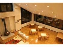 吹き抜けの1階レストラン。落ち着いた寛ぎの空間をお楽しみください。