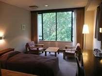 目の前に広がる奥志賀高原の森林の眺めを楽しめる客室(禁煙洋室/一例)※ウォッシュトイレ&バス付
