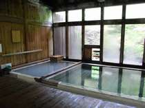 ≪内湯≫湯治場風情満点の檜の内湯・・・浴槽は熱めとぬるめのふたつ