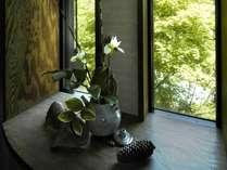 館内のしつらい さりげなく飾られた花
