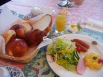 朝食の手作りパンと卵料理