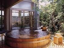 丸太の露天風呂がある「夢殿」。心身共に解放されます。