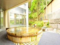 *露天風呂~夢殿~ 新潟の自然を肌で感じる露天風呂。大きな丸太の露天風呂でお寛ぎ下さい。
