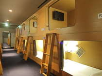 スタンダード:全室禁煙室で上下2段式です。LED AQUOS19型液晶TV、ヘッドフォン完備。