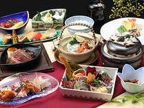 新鮮な素材と四季折々の旬の味覚を盛り込んだアイデア満載の懐石料理をごゆっくりとお召し上がりください。