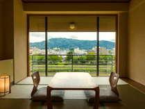 【鴨川側の和室】比叡山や大文字山など京都らしい景色をお楽しみいただけます。