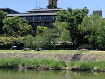 【外観】東山を眺める、鴨川沿いのホテル