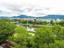 *【眺望】鴨川名物の納涼床へも歩いて行ける立地です。夏の京都風物詩をお楽しみください。